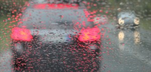 Auto im RegenNotbremsung im Stau mit Gegenverkehr