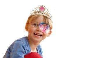Kind mit Augenpflaster, Piratoplast (Hersteller Augenpflaster)Piratoplast (Hersteller Augenpflaster)